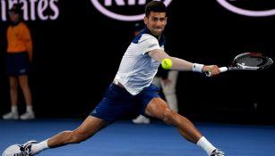 Novak Djokovic golpea la bola en el juego vs Hyeon Chun