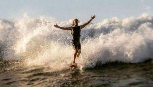 Hugo Vau surfeando las playas de Hawaii