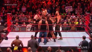 Braun Strowman, Kane  y Brock Lesnar en plena batalla
