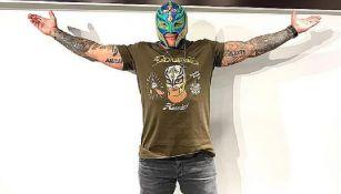 Rey Mysterio posa en una foto