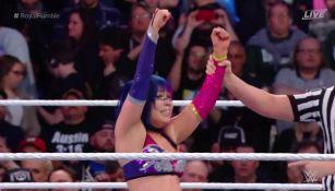 Asuka festeja después de ganar Royal Rumble