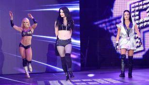 Paige (centro) hace su entrada en RAW