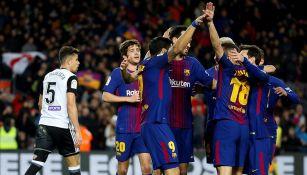 Jugadores de Barcelona celebran el gol de Suárez