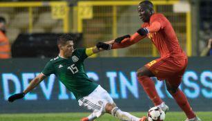 Moreno pelea un balón en un amistoso frente a Bélgica