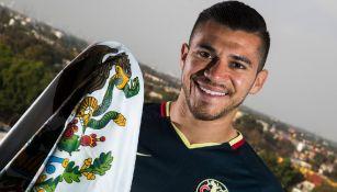 Henry posa con la bandera de México