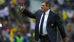 Miguel Herrera saluda a la afición en el Estadio Azteca