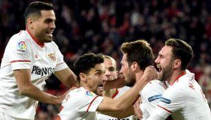 Miguel Layún festeja junto a sus compañeros el pase a la Final de la Copa del Rey