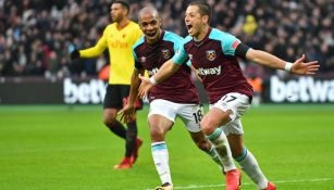 Chicharito celebra una anotación con West Ham
