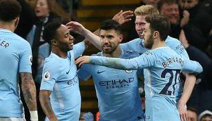 Sergio Agüero festeja uno de sus goles contra el Leicester