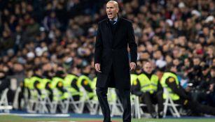 Zinedine Zidane dirige a sus pupilos en el juego contra Real Sociedad
