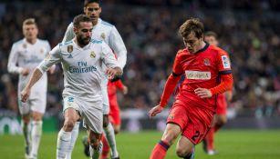 Carvajal lucha por el balón en el juego contra la Real Sociedad