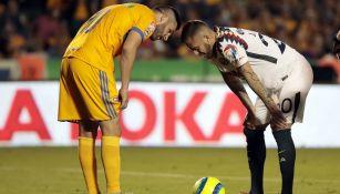 Ménez habla con Gignac antes de cobrar un penalti