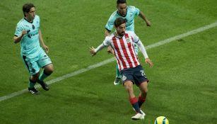 Rodolfo Pizarro remata en el juego contra Santos