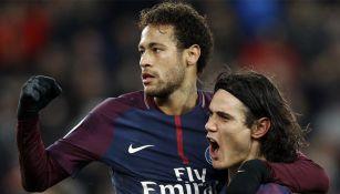 Neymar celebra un gol con Cavani