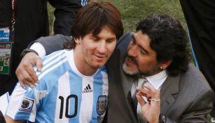 Maradona le da instrucciones a Messi en su paso cono DT de Argentina