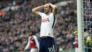 Harry Kane se lamenta tras fallar una oportunidad de gol para el Tottenham