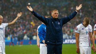 Hallgrímsson celebra con sus jugadores luego de un partido