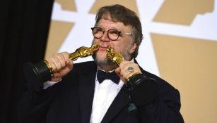 Guillermo del Toro posa con las dos estatuillas