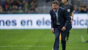 Juan Carlos Osorio da indicaciones en un juego del Tri