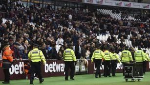 Afición muestra su enojo en el partido del West Ham