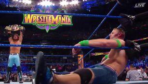 AJ Syles festeja ante un John Cena derrotado
