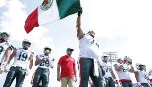 Los jugadores de la Selección Mexicana de futbol americano ondean la bandera de nuestro país