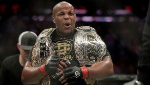 Daniel Cormier sostiene sus títulos de la UFC