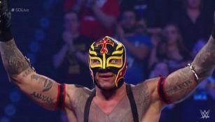 Rey Mysterio festeja el triunfo sobre Andrade 'Cien' Almas