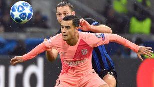 Philippe Coutinho busca el esférico en una jugada contra Inter