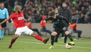 Jugadores disputan la esférica en duelo de Krasnodar contra Lieja