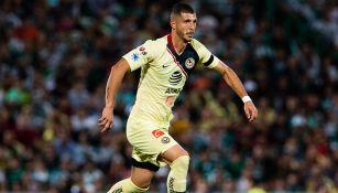 Guido Rodríguez conduce balón en juego contra Santos