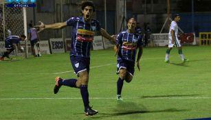 Jugadores de  Juventud Unida celebran un gol
