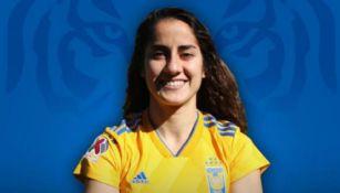 Natalia Gómez Junco posa con la playera de Tigres