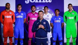Jugadores del Cruz Azul durante la presentación del nuevo uniforme
