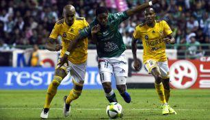 Guido Pizarro y Yairo moreno en disputa del balón