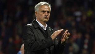 Mourinho aplaude a la afición de los Red Devils