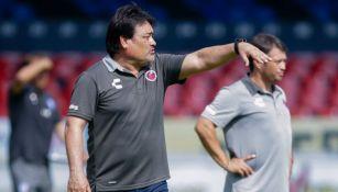 Isidoro García da indicaciones durante un partido