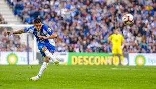 Jesús Corona da un pase en un juego con el Porto