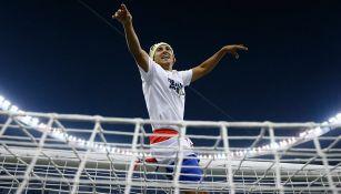 Domínguez celebra el título del A2018 en un travesaño del Azteca