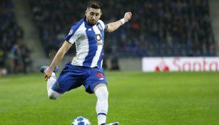 Héctor Herrera saca disparo de larga distancia en partido de Champions League