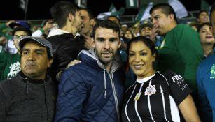 Boselli se toma foto con aficionada en partido del León
