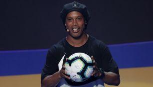 Ronaldinho durante la presentación del balón de la Copa América 2019