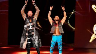 Luke Gallows y Karl Anderson hacen su entrada al ring