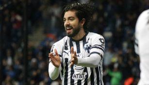 Pizarro festejando un gol con Monterrey