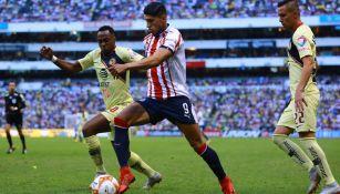 Pulido pelea el balón con Ibarra en el Clásico Nacional
