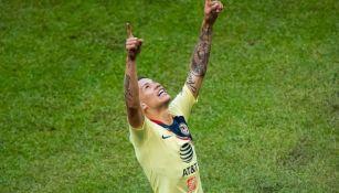 Uribe levanta los brazos para festejar