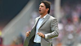 Bruno Marioni celebra un gol de Pumas frente a Chivas
