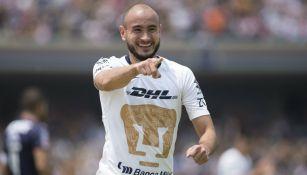Carlos González celebra un gol ante Chivas