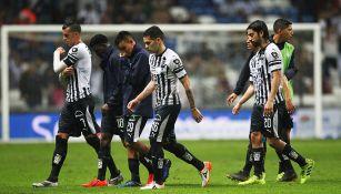 Jugadores del Monterrey, en lamento durante un partido de Liga MX