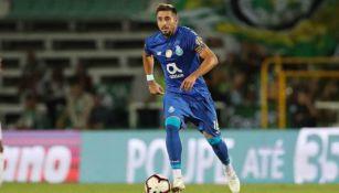 Herrera conduce el balón durante partido del Porto